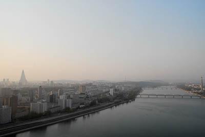 Utsikten från 35:e våningen på vårt hotel Yanggakdo, på en ö i floden Taedong